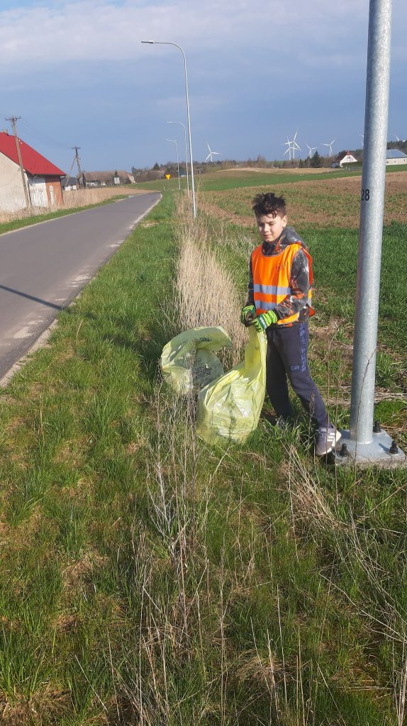 Uczeń klasy trzeciej podczas akcji Sprzątania Świata
