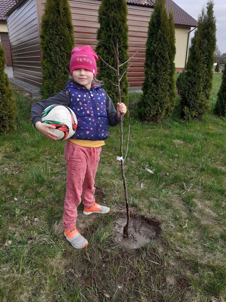 Uczennica klasy drugiej po akcji sadzenia drzewek