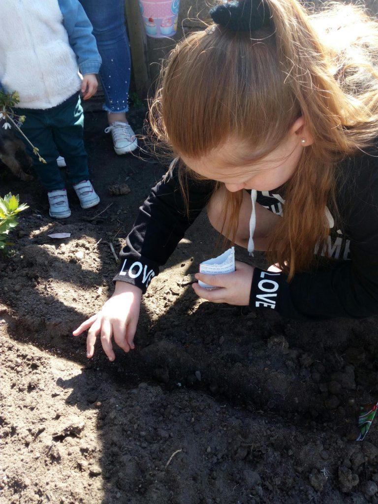 Uczennica klasy czwartej podczas prac w przydomowym ogródku