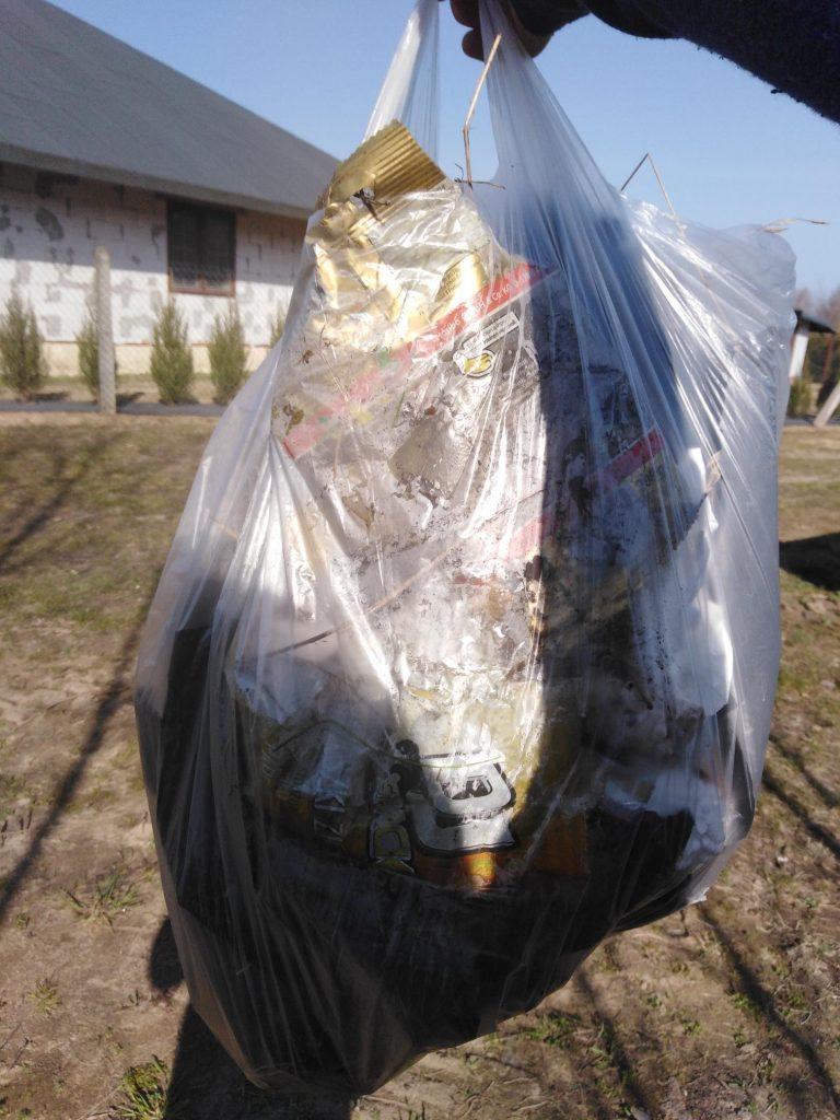 Odpady po Sprzątaniu Świata zebrane przez uczennicę klasy piątej
