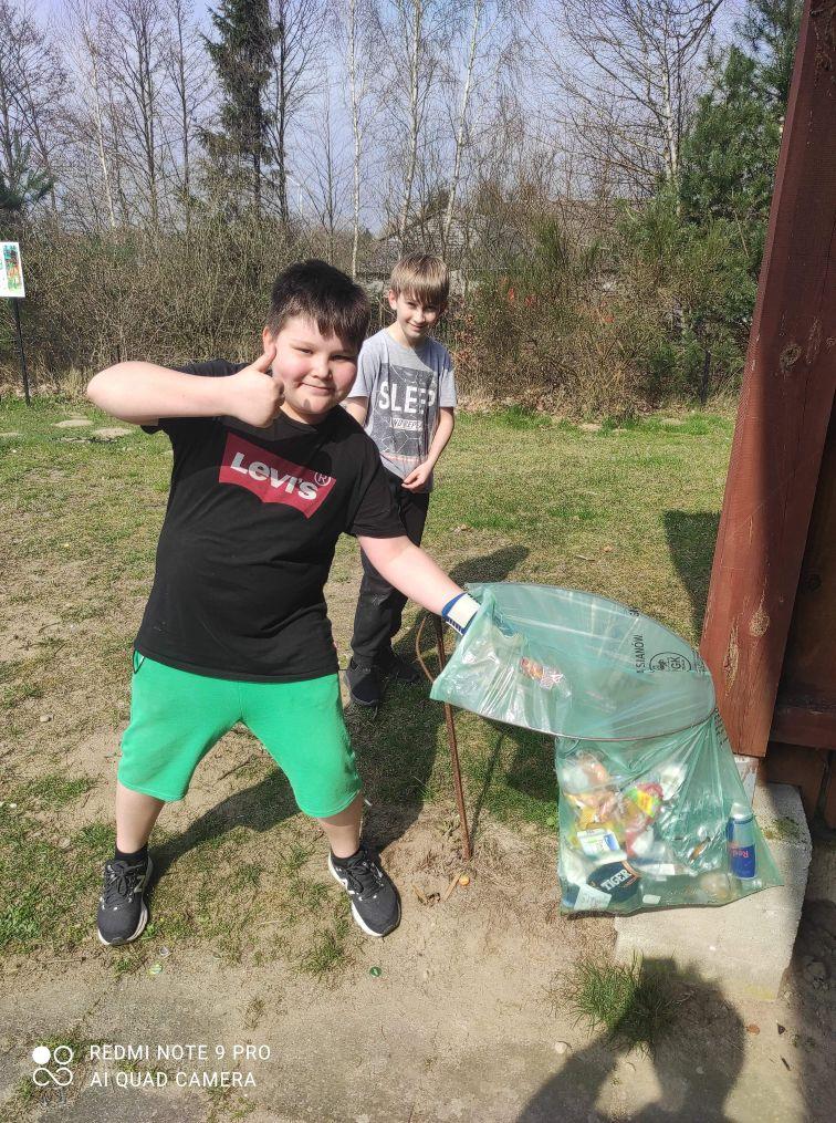 Uczniowie klasy szóstej w trakcie akcji Sprzątania Świata