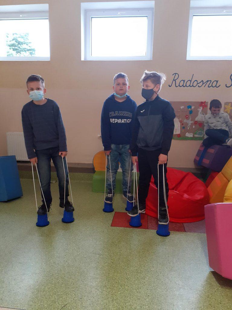 Uczniowie klasy trzeciej podczas zabaw w Radosnej Szkole