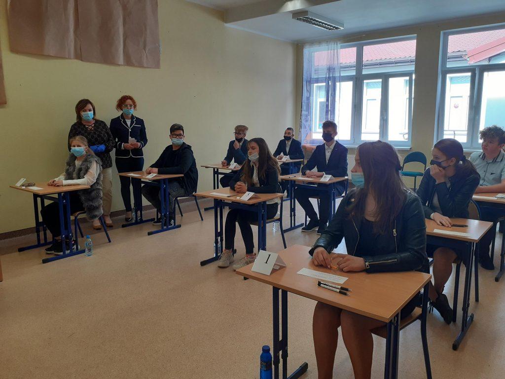 Uczniowie klasy ósmej przed egzaminem z języka polskiego
