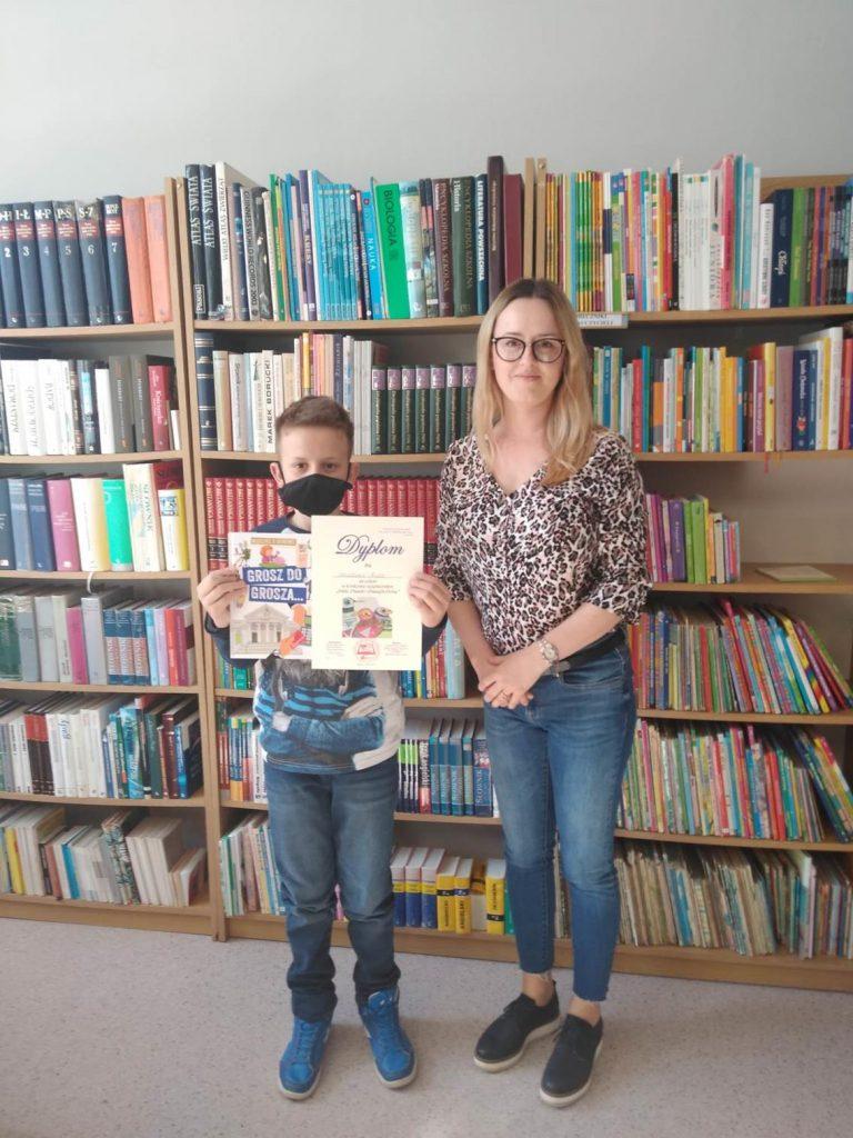 Uczeń klasy trzeciej nagrodzony dyplomem i książką