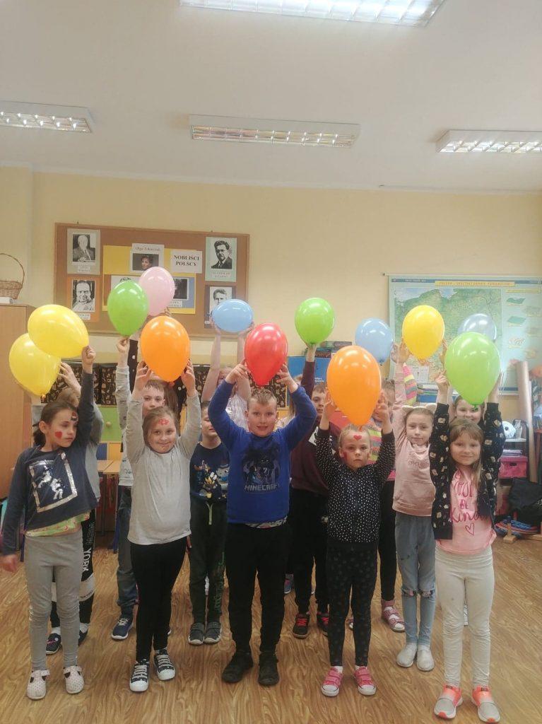 Uczniowie klasy drugiej z kolorowymi balonami