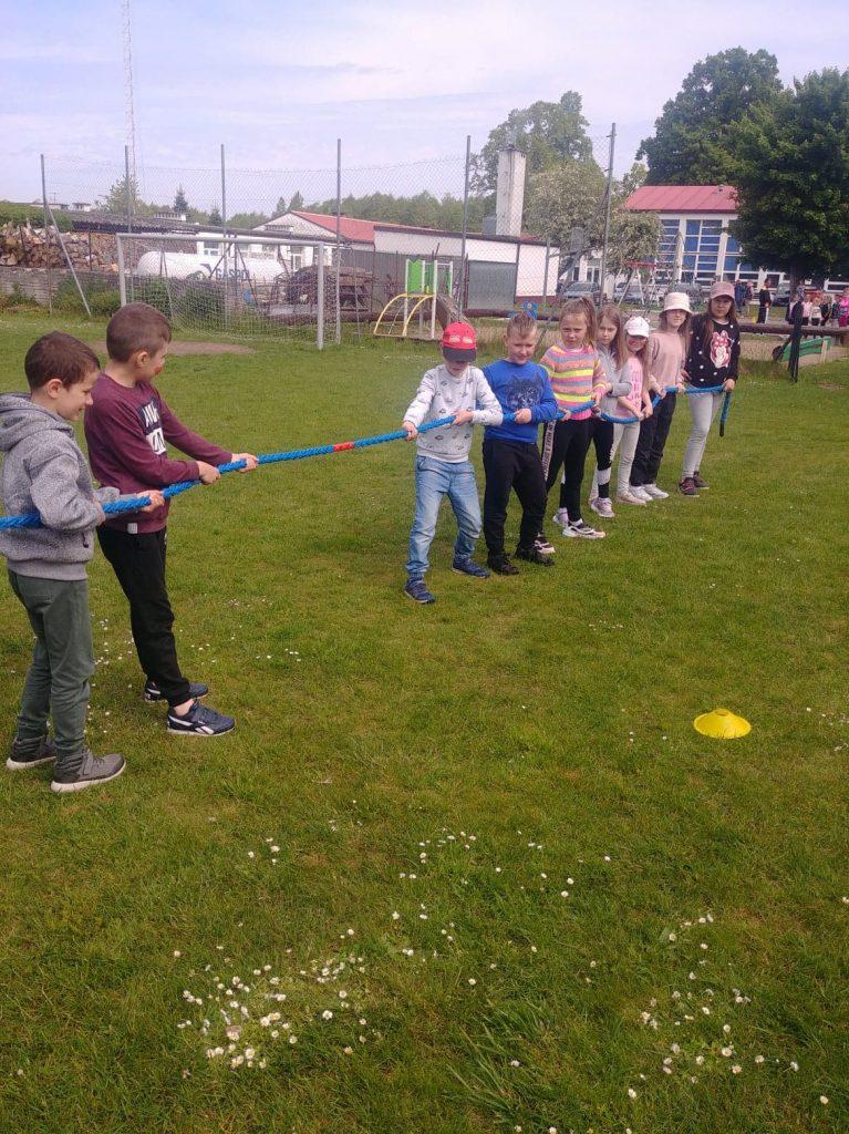 Uczniowie klasy drugiej w czasie klasowych zawodów sportowych