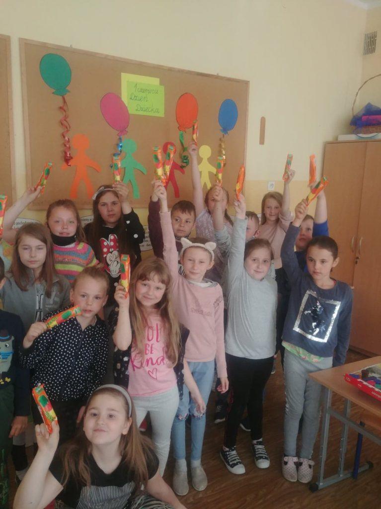 Uczniowie klasy drugiej ze słodkimi niespodziankami od Rady Rodziców
