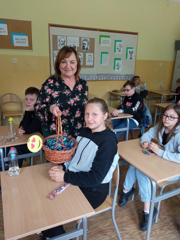 Uczniowie klasy szóstej z panią dyrektor szkoły