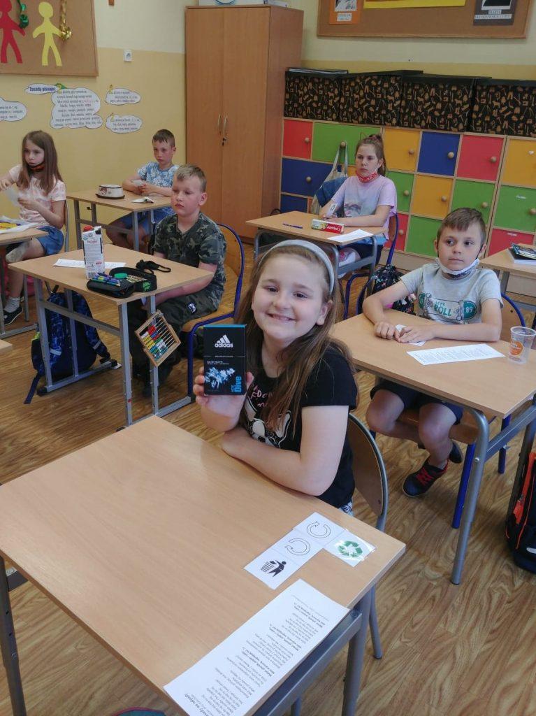 Uczennica klasy drugiej podczas warsztatów przyrodniczych