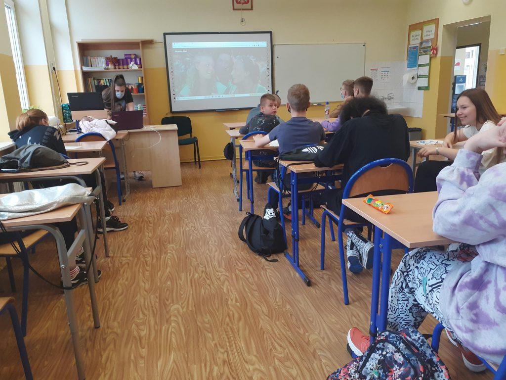 Uczniowie klasy siódmej w trakcie projekcji filmu