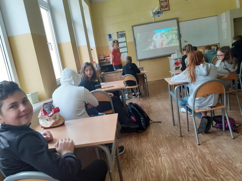 Uczniowie klasy szóstej w trakcie oglądania filmu
