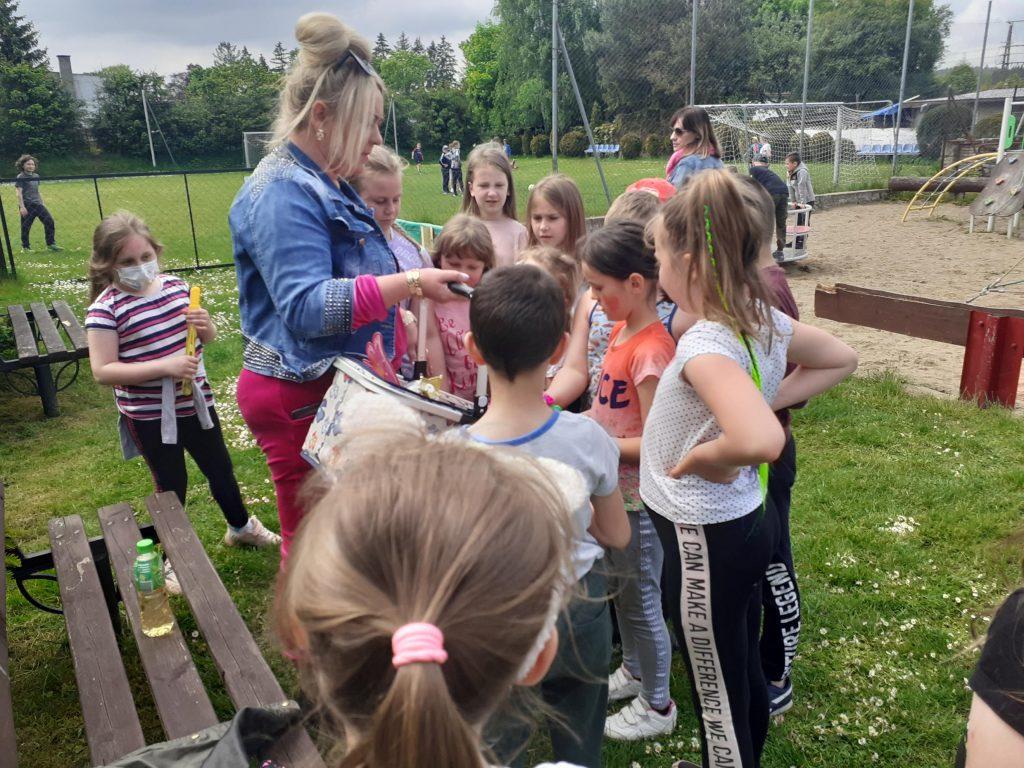 Uczniowie klasy drugiej przed pokazem baniek mydlanych