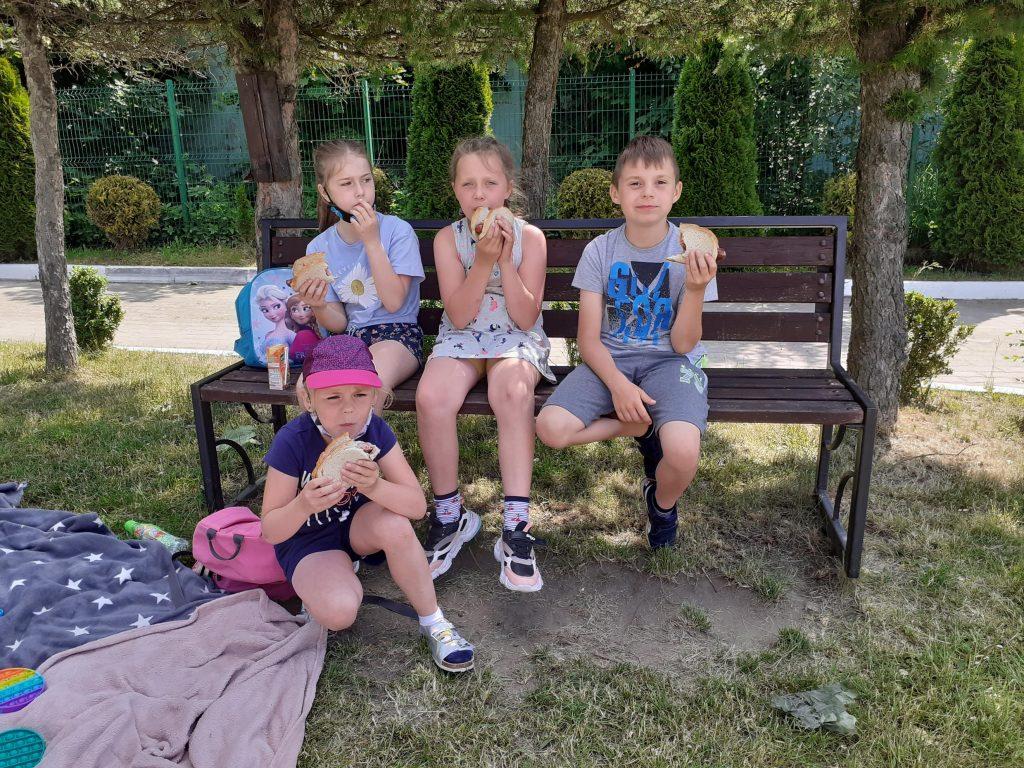 Uczniowie klasy drugiej w czasie pikniku