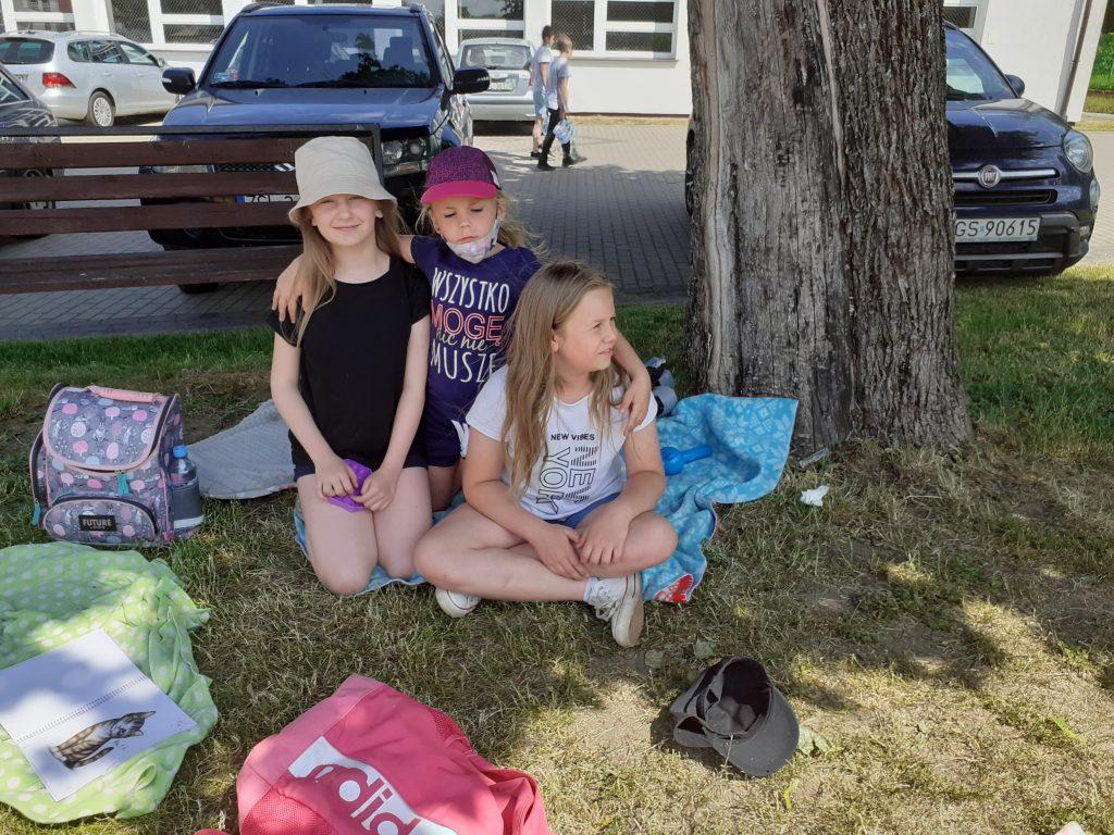 Uczennice klasy drugiej w czasie pikniku