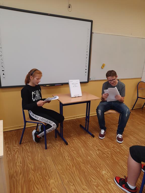 Uczniowie klasy siódmej w trakcie Narodowego Czytania