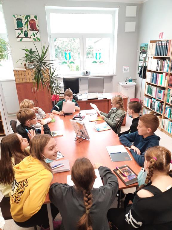 Uczniowie klasy piątej w trakcie Narodowego Czytania