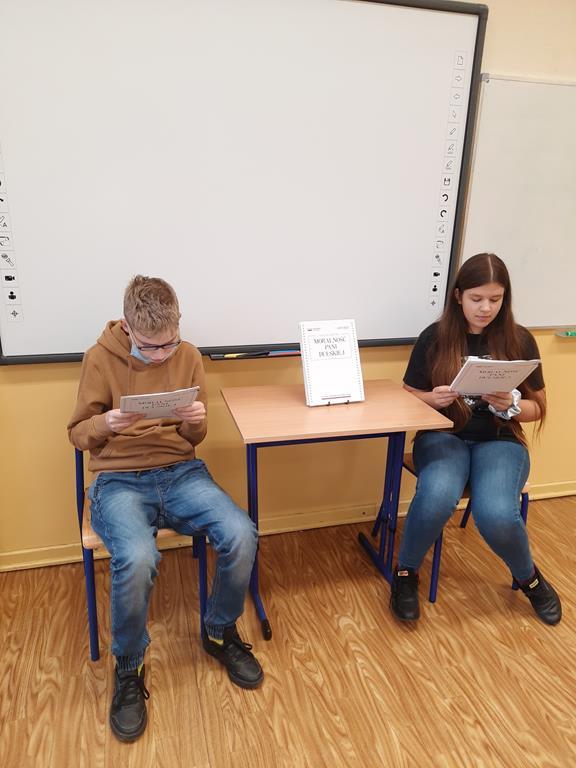 Uczniowie klasy ósmej w trakcie Narodowego Czytania