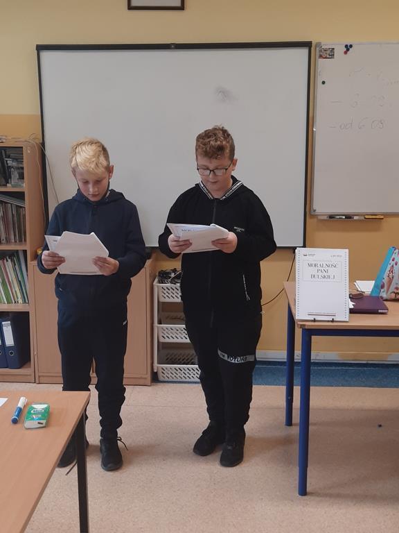 Uczniowie klasy czwartej w trakcie Narodowego Czytania