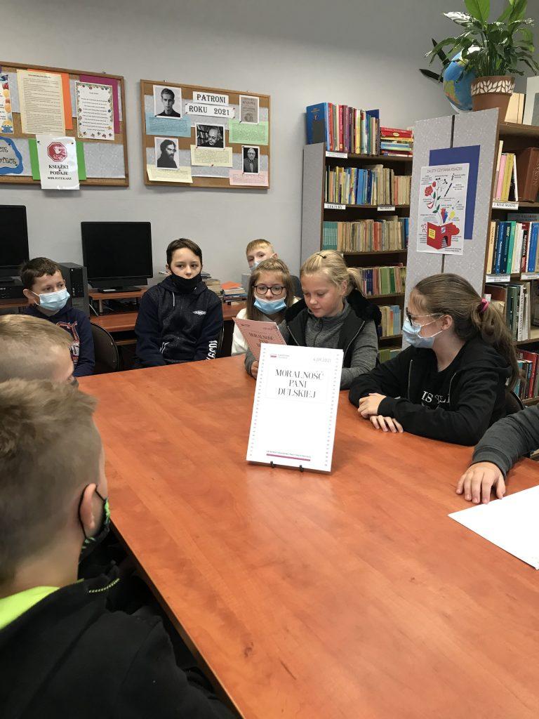 Uczniowie klasy szóstej w trakcie Narodowego Czytania